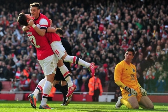Giroud Celebrates His Second With Assist Maker Ozil