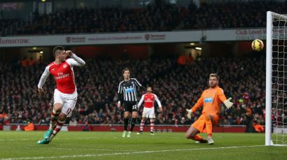 Giroud scores his second against Newcastle with a delightful near post flick
